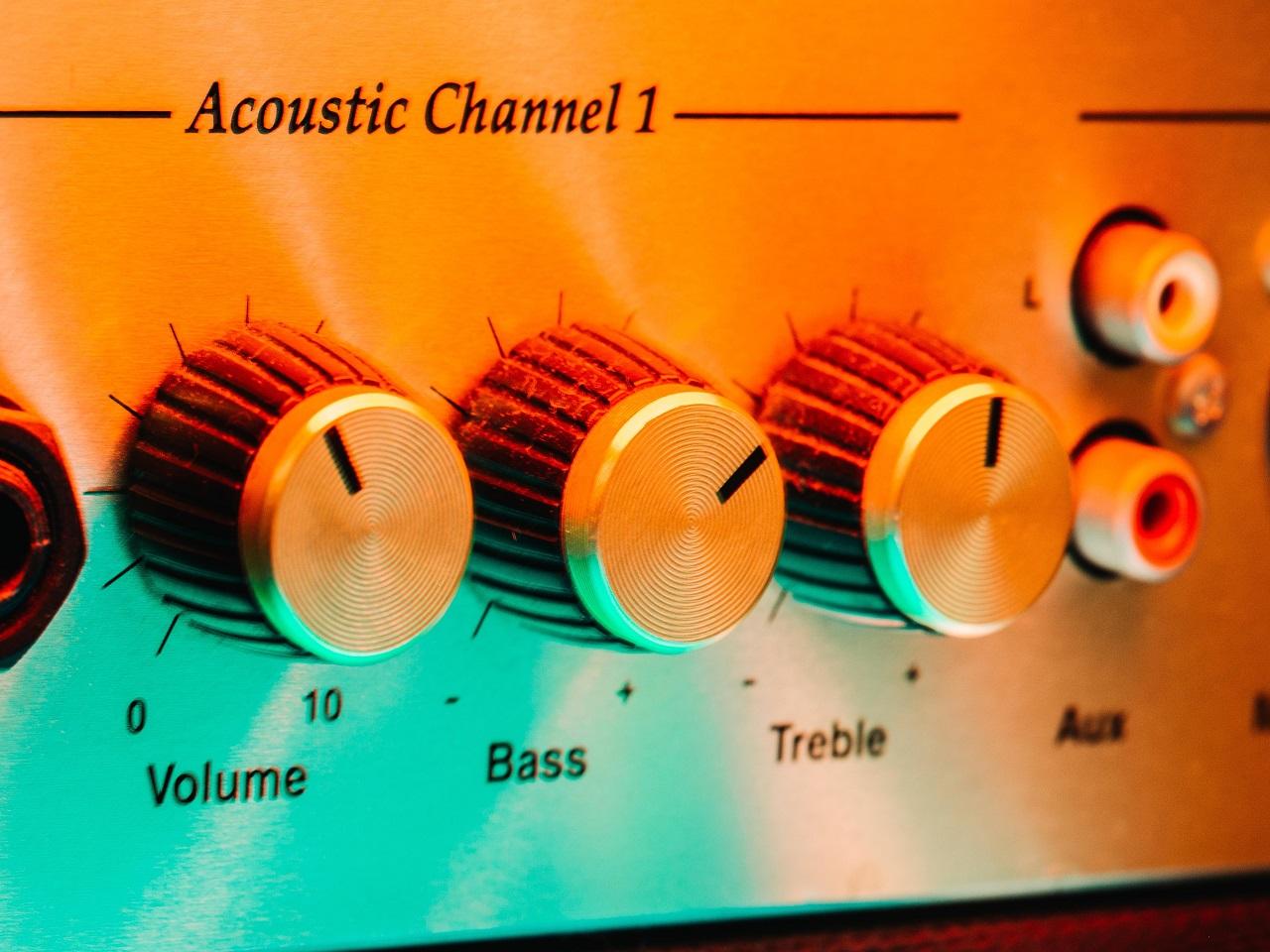 Amp controls - Volume, Bass, Treble. Photo by Ash Edmonds on Unsplash
